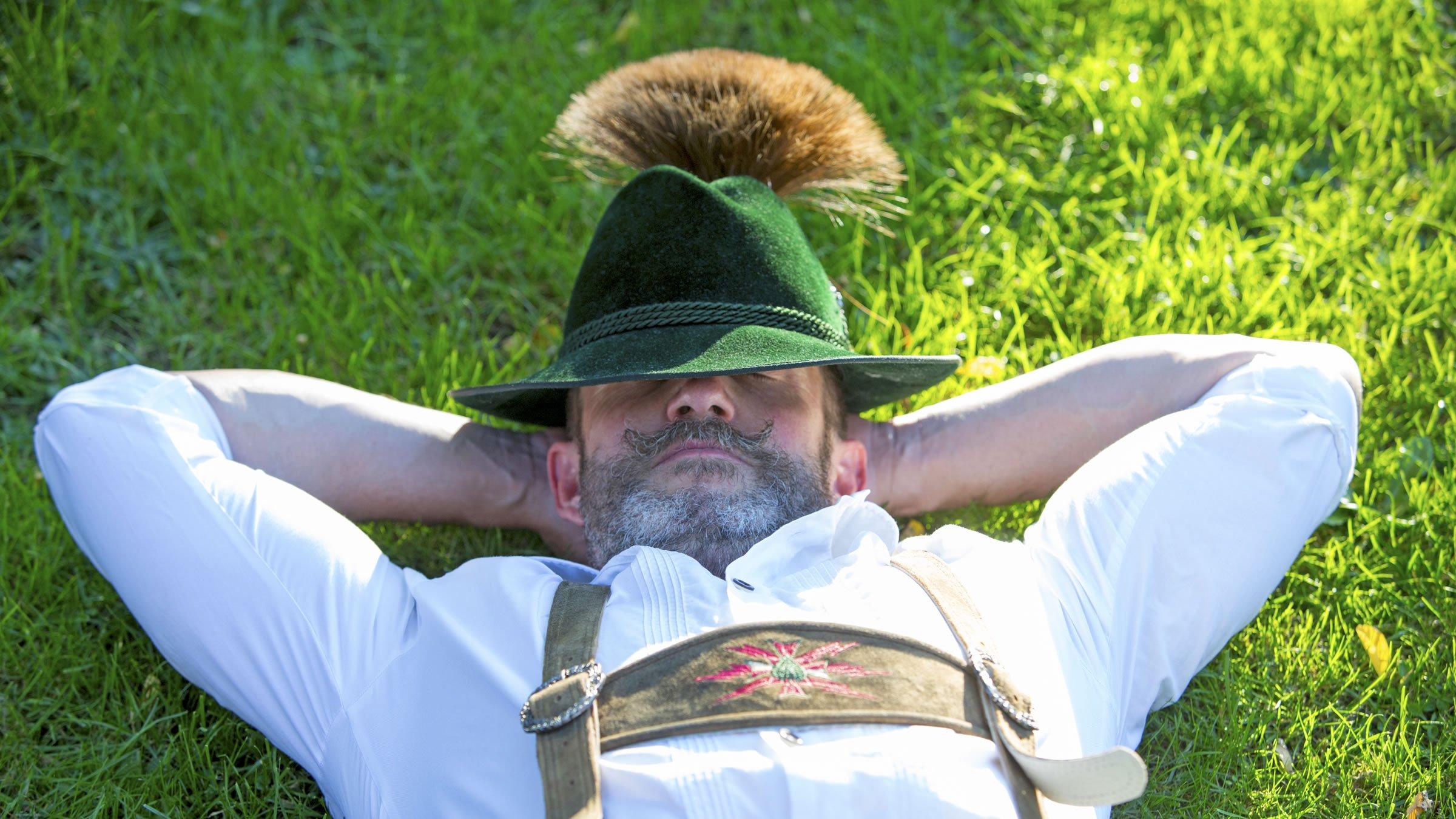 Sombrero con un Gamsbart  accesorio tradicional de los hombres alemanes 498a497d8ce