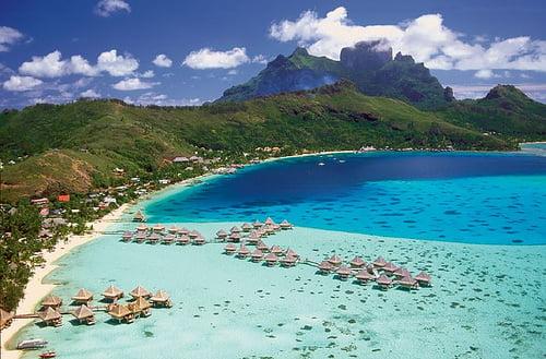 Agua cristalina de playas de Bora Bora