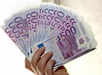 Billetes en mano Euros