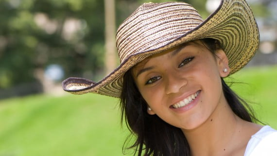 Chica colombiana con sombrero vueltiao