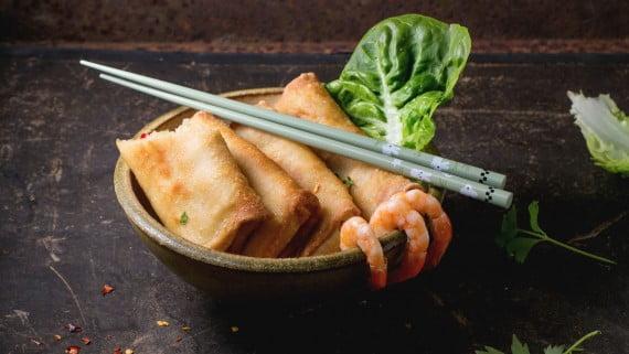 箸で食べる