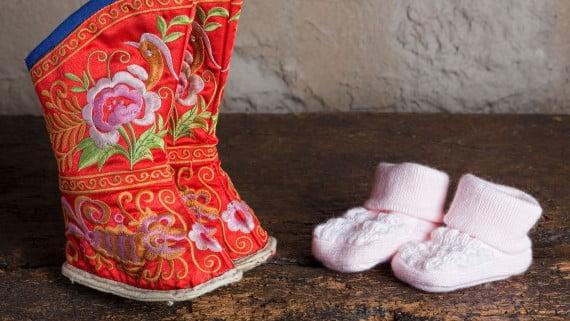 Comparación entre zapatos para el vendado de pies y zapatos de bebé actuales