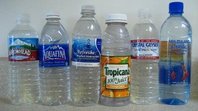 Consumir agua embotellada al viajar