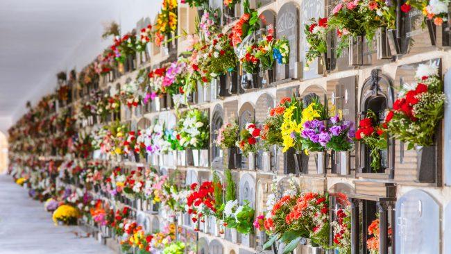 Coronas funerarias en el Día de los Difuntos