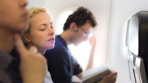 飛行の恐怖を克服するために飛行中に眠る