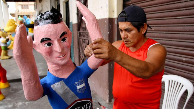 Manufacture of puppets in Ecuador