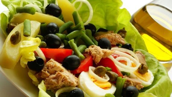 Salat Niçoise oder schöner Salat