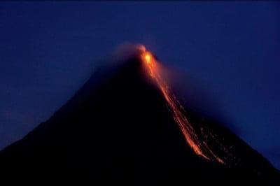 Erupción nocturna del Volcán Arenal