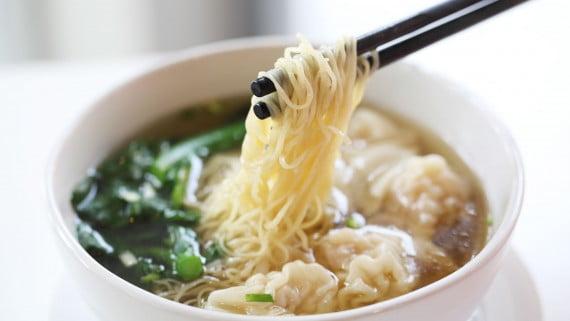 長寿麺または「サウメイン」