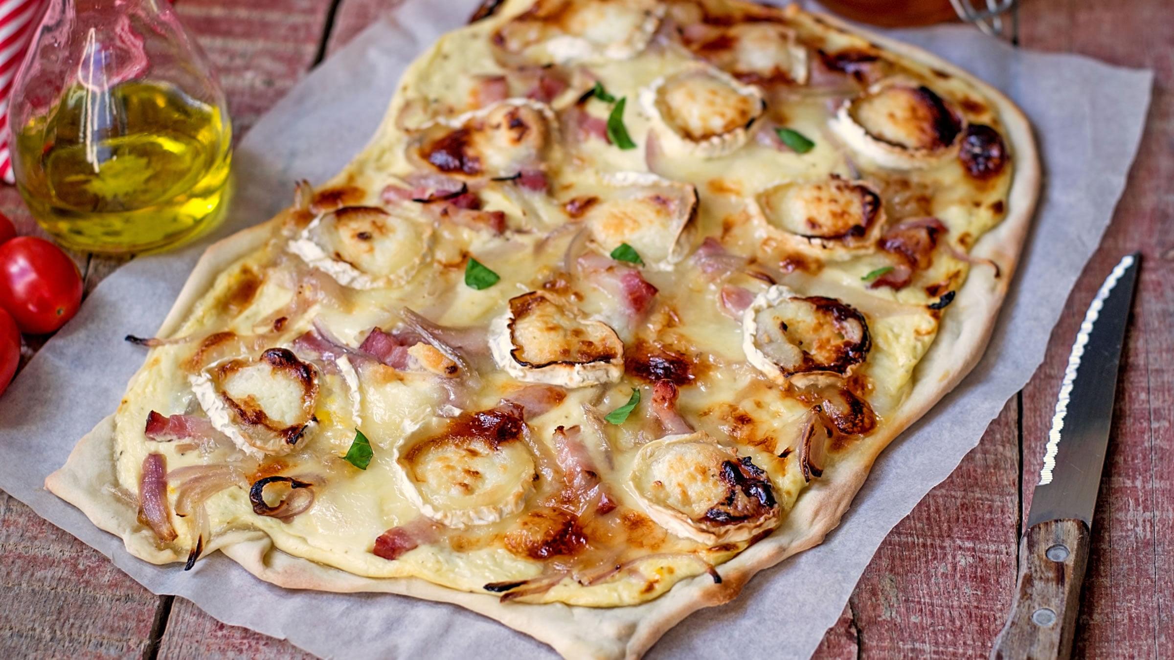 Flammkuchen con los ingredientes tradicionales