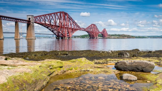Forth Bridge con marea baja