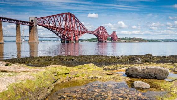 Forth Bridge con marea baja