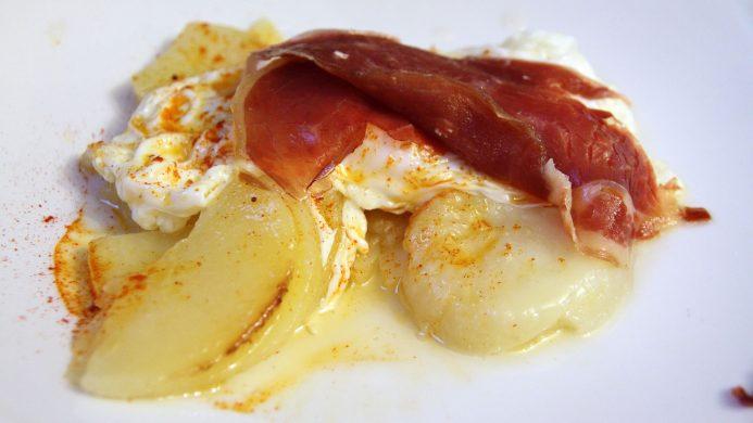 Tapas andaluzas: huevos rotos o estrellados