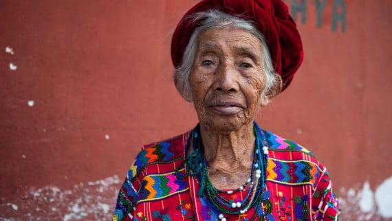 Muller indíxena de Guatemala con vestido étnico típico