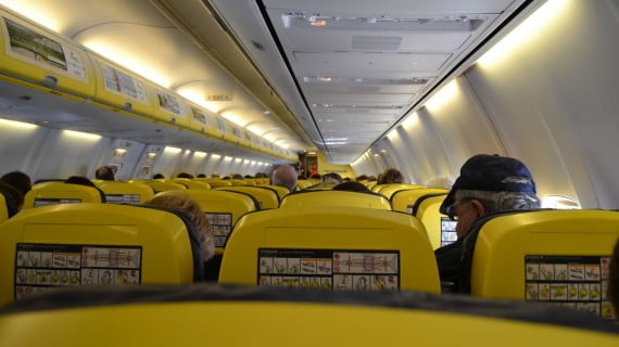 Interior cabina de avión Ryanair