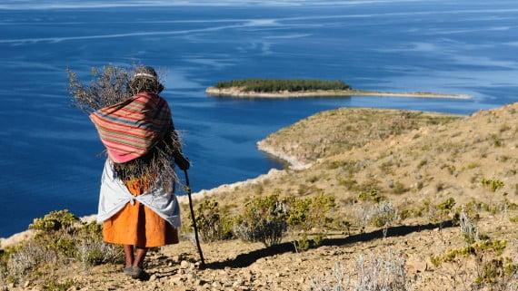 Mujer con traje de chola en Isla del Sol, Bolivia