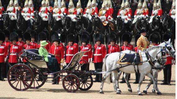 La Reina de Inglaterra y la guardia real británica