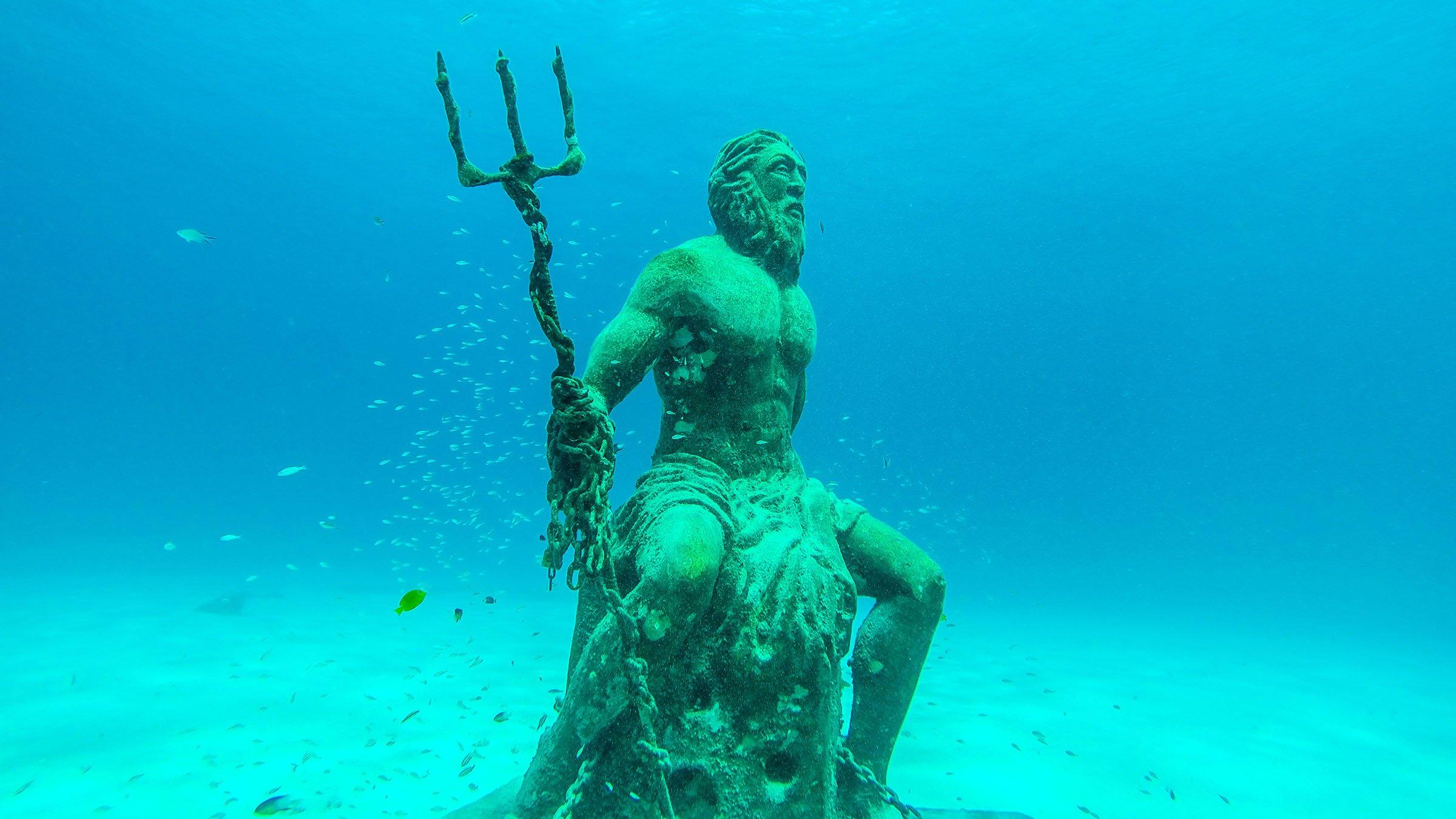 La estatua de poseid n bajo el agua en san andr s colombia for El hotel que esta debajo del agua