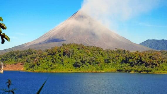 Lago Arenal, a orillas del Volcán Arenal (Costa Rica)