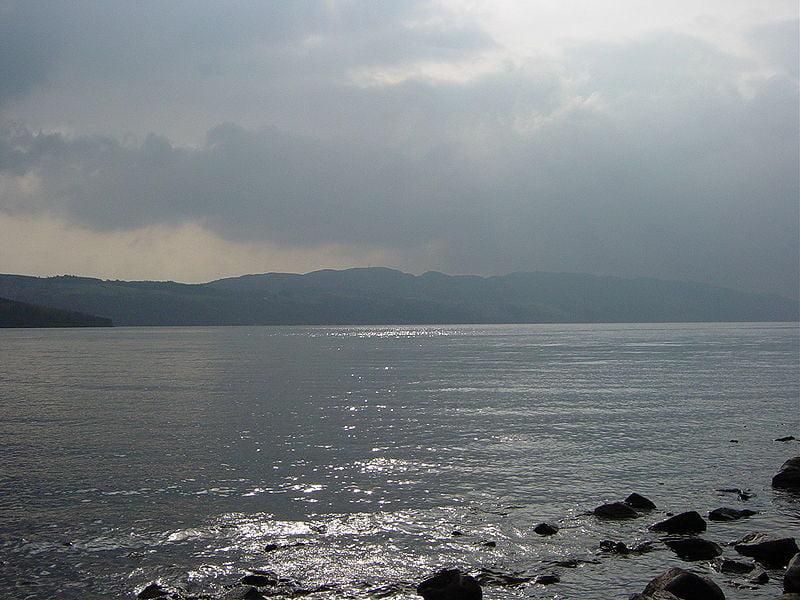 Lago Ness con nubes