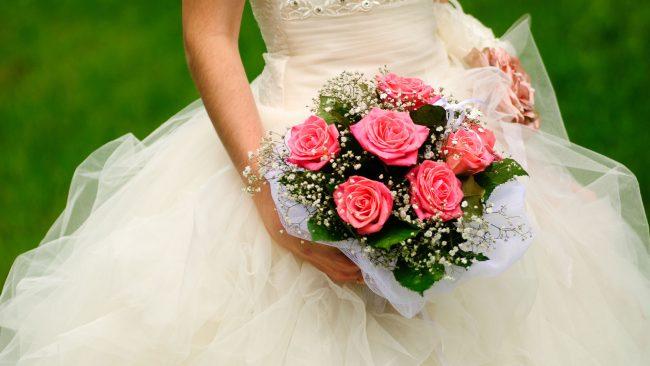 Lanzar el ramo en las bodas