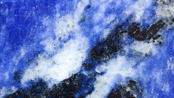 Vista de cerca de un ejemplar de lapislázuli