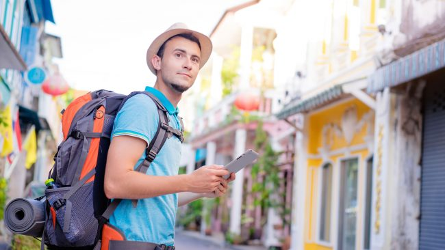 Backpacker se guidant avec une tablette
