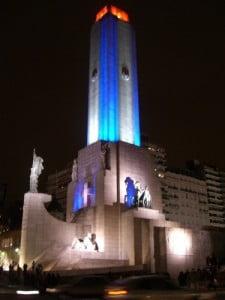 Monumento a la Bandera de noche
