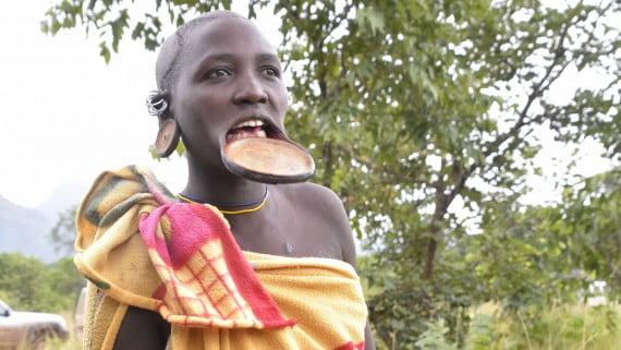 Mujer Surma con dilatación en el labio inferior