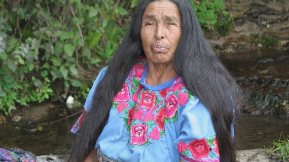 Mujer con traje típico en Momostenango