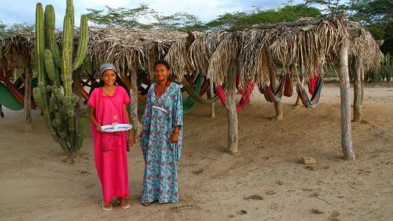 Mujeres wayú con traje típico
