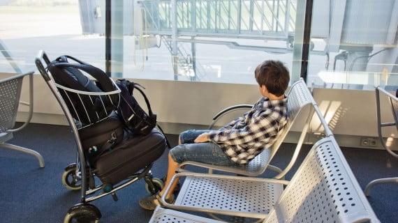Kinder, die alleine mit dem Flugzeug reisen