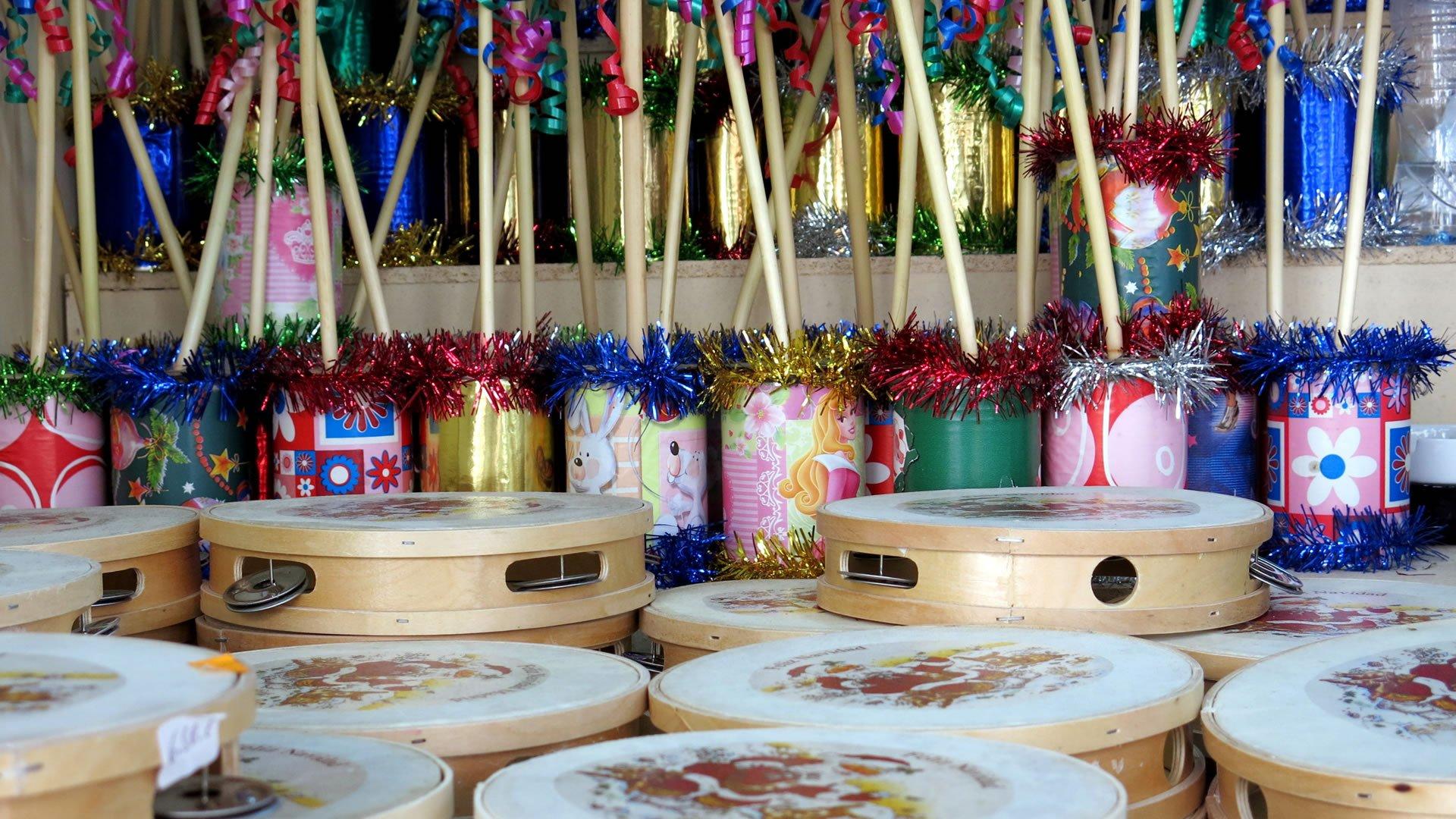 Como Decorar Una Zambomba De Navidad.Panderetas Y Zambombas Instrumentos Tipicos Navidenos En Espana