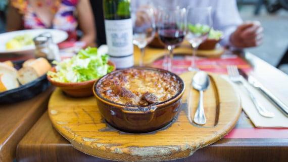 Presentación de un plato de cassoulet en Toulouse
