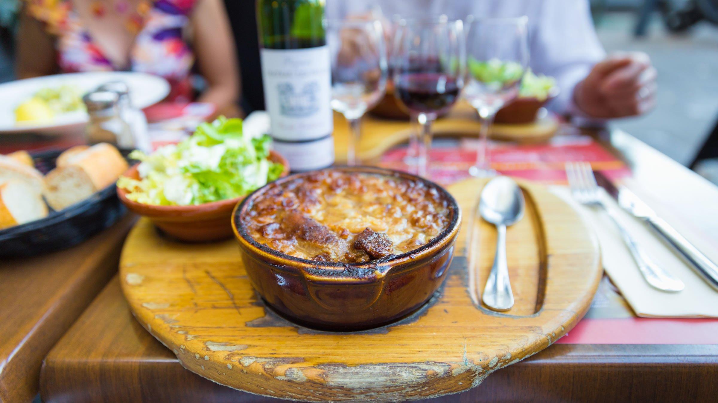 Presentaci n de un plato de cassoulet en toulouse for Platos franceses