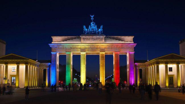 Puerta de Brandeburgo con la bandera del arcoíris