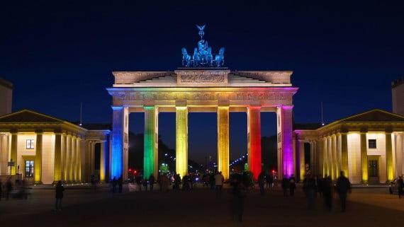 Puerta de Brandeburgo iluminada con los colores de la bandera gay