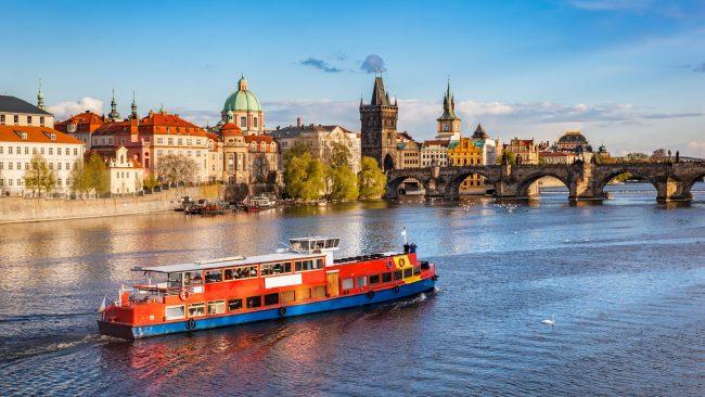 伏爾塔瓦河河上巡航的船