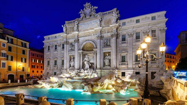 Die Nacht bricht zum Trevi-Brunnen in Rom herein