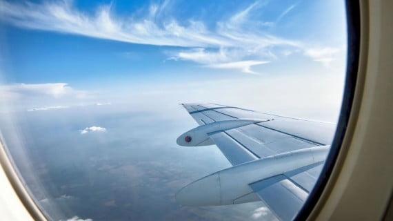 Sentarse en la línea de las alas en el avión