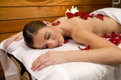 Spa en Barcelona masaje con petalos de rosas