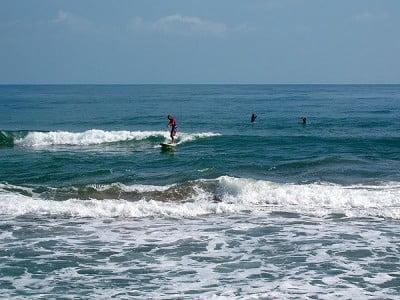 Surf en Playa de Cahuita