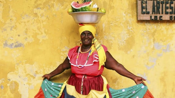 Traje tradicional de palenquera con palangana de frutas frescas