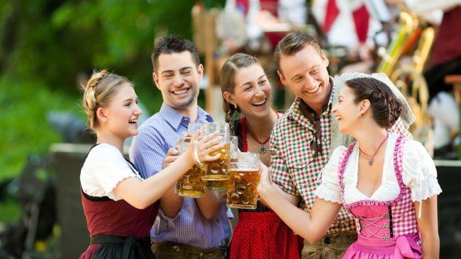 Disfrutando del Oktoberfest con los trajes típicos de Alemania