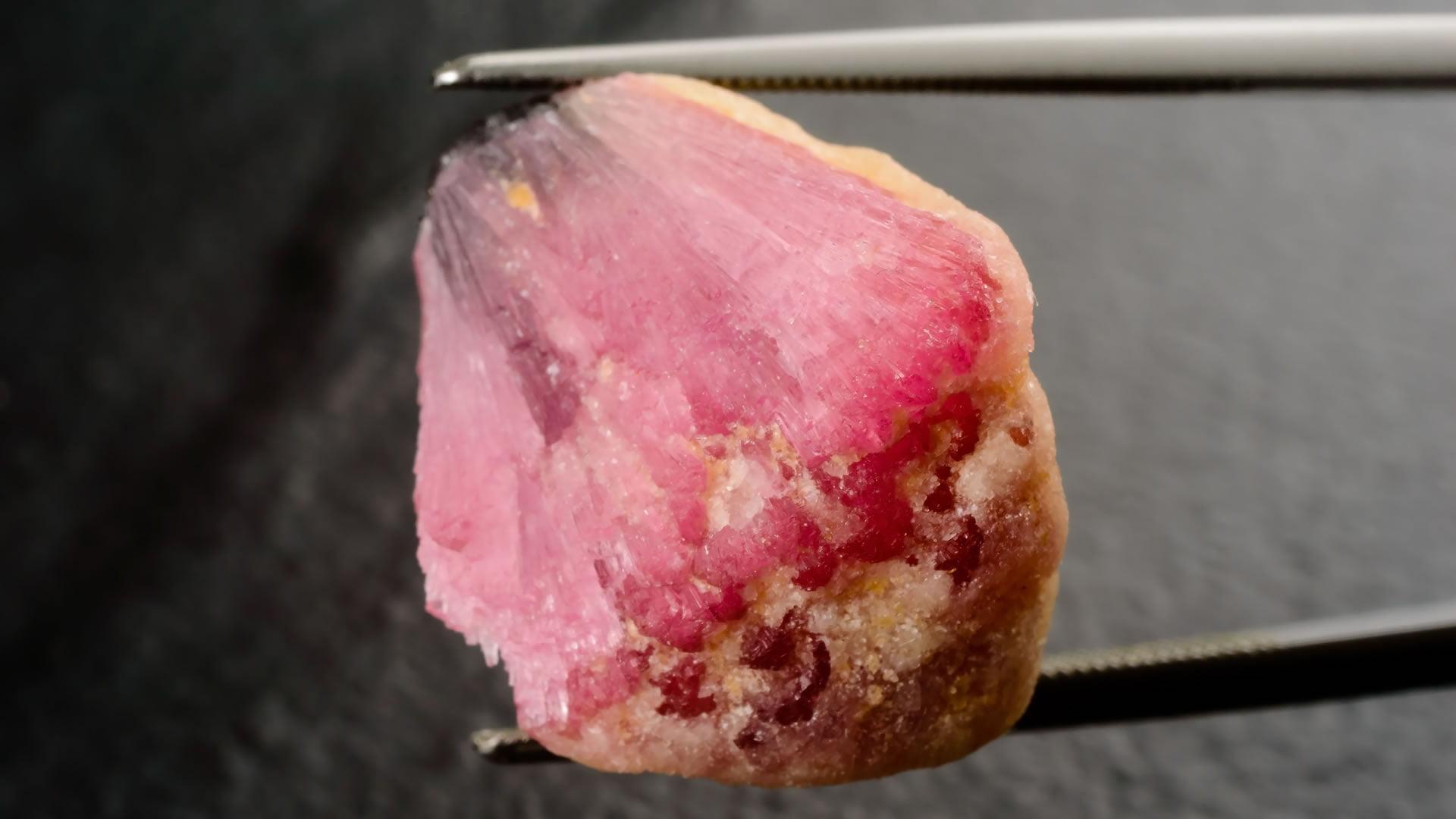 Turmalina rosa en bruto