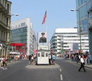 Vista de frente del Checkpoint Charlie