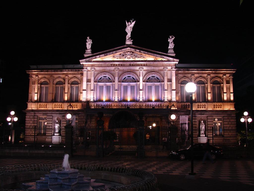 Vista nocturna del Teatro Nacional