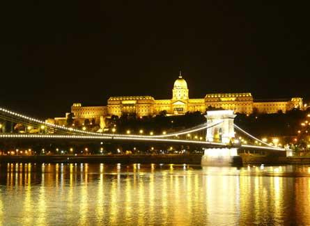 Vista nocturna del Castillo y el Puente Cadenas