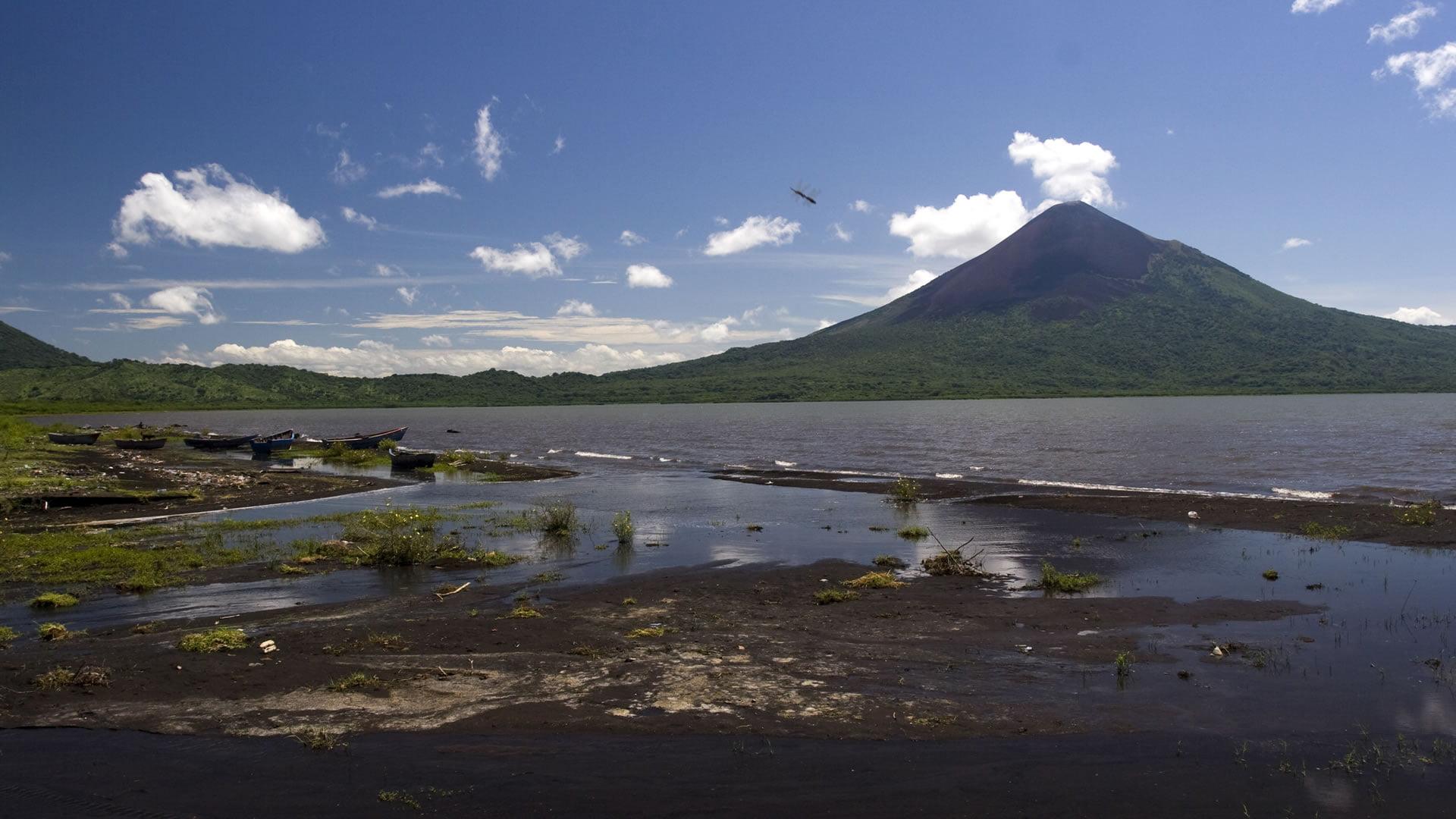 Vistas del Volcán de Momotombo desde el Lago de Managua