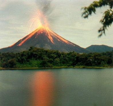 Volcán Arenal en erupción